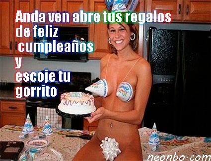 Meme de mujer semidesnuda con moño, pastel y gorritos